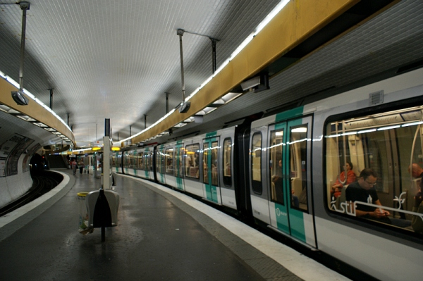 MF 2001 train #096 prepares to depart Place d'Italie, Line 5. Photo Credit: Minato.